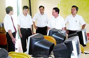 Đồng chí Bùi Văn Tỉnh, UVT.Ư Đảng, Phó Bí thư Tỉnh ủy, Chủ tịch UBND tỉnh thăm và kiểm tra tình hình đầu tư cơ sở vật chất ngành GD-ĐT tại huyện Lạc Thủy.