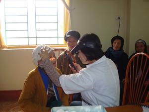 Các bác sỹ Trung tâm phòng chống bệnh xã hội khám mắt miễn phí cho người nghèo huyện Yên Thuỷ.