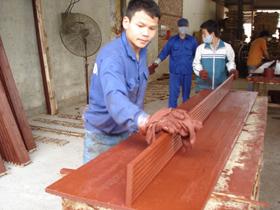 Công nhân Công ty cổ phần Sơn Thủy chưa nghiêm chỉnh chấp hành các quy định về BHLĐ.