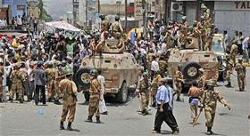 Binh sĩ Yemen phong tỏa đường phố trong khi dân chúng tham gia cuộc biểu tình chống chính phủ đòi ông Saleh từ chức.