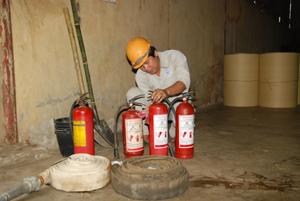 Nhân viên đội PCCC của công ty kiểm tra định kỳ dụng cụ PCCC