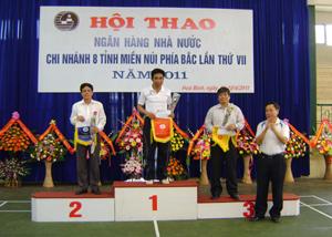 VĐV Bùi Văn Bi, đoàn Hoà Bình giành giải nhất nội dung đơn nam 46 tuổi trở lên môn cầu lông