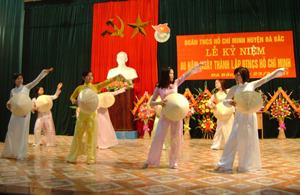 Đội văn nghệ trường mầm non Hoa Mai (TT Đà Bắc) biểu diễn văn nghệ  kỷ niệm 80 năm ngày thành lập Đoàn TNCS Hồ Chí Minh