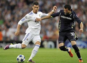 Cristiano Ronaldo (trái, Real Madrid) kiểm soát bóng trước Sandro (Tottenham) trận lượt đi.