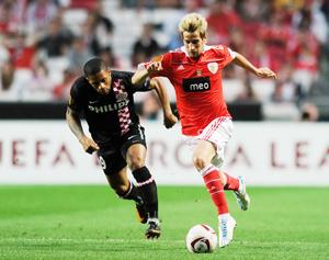 Fabio Coentrao (phải, Benfica) tranh bóng với Jeremain Lens (PSV Eindhoven) ở lượt đi