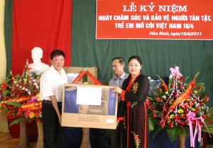 Đồng chí Bùi Ngọc Lâm, Ủy viên Thường trực HDND tỉnh tặng quà cho Trung tâm dạy nghề tư thục Long Thành.
