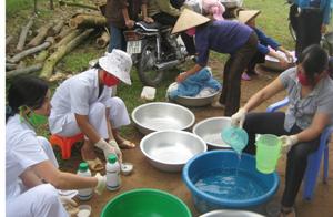 Trung tâm YTDP huyện Kim Bôi phối hợp với TYT xã Đông Bắc tổ chức tẩm màn bảo vệ người dân vùng có nguy cơ.