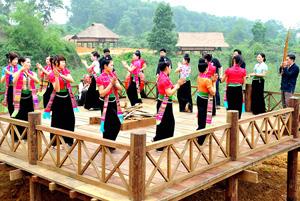 Múa xòe Thái tại Festival Thanh niên các dân tộc Việt Nam 2011