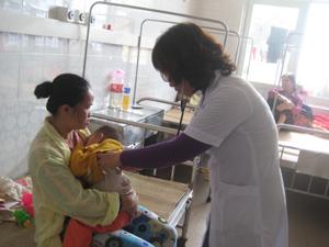 Các bác sĩ khoa nhi, Bệnh viện Đa khoa tỉnh khám, chẩn đoán cho trẻ bệnh.
