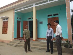Phòng LĐ- TB&XH và lãnh đạo Công ty Nam Minh thăm hỏi gia đình chính sách Bùi Văn Nhiễm.