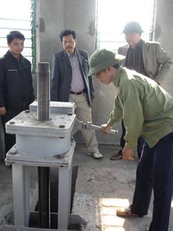 Kiểm tra hoạt động của hệ thống van tràn xả lũ của công trình hồ chứa nước Đầm Đa, huyện Kỳ Sơn.