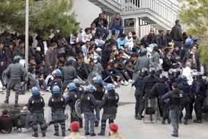 Người nhập cư Tunisia tập trung trên đảo Lampedusa của Ý.