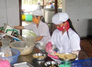 Công nhân Công ty cổ phần nông- lâm sản Kim Bôi (xóm Vai, xã Thanh Nông, huyện Lạc Thuỷ) chấp hành các quy định về ATVSTP trong chế biến sản phẩm.