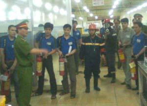 Cảnh sát PCCC&CN, CH hướng dẫn đội chữa cháy cơ sở của Công ty TNHH nghiên cứu ký thuật R sử dụng các thiết bị chữa cháy.