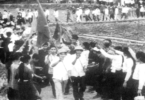 Ngày hội tòng quân chống Mỹ ở Lạc Sơn. ảnh: tư liệu.