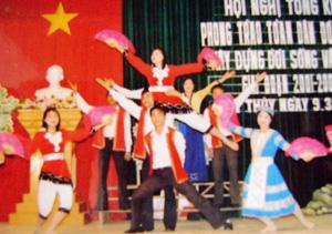 Đội văn nghệ của phòng VH – TT huyện Yên Thủy biểu diễn văn nghệ trong ngày đại đoàn kết toàn dân tộc.