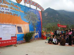 Phần thi viết và đọc chữ Thái bên xên Mường huyện Mai Châu năm 2011.  ông Lường Đức Chôm ngoài cùng bên phải đang trao đổi về ngôn ngữ và văn hóa DTTS với cán bộ, công chức huyện Đà Bắc.