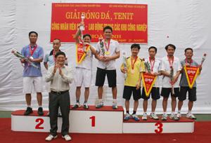 Đồng chí Vũ Hải Hồ, Trưởng Ban quản lý các khu công nghiệp trao giải cho các VĐV môn Tenis