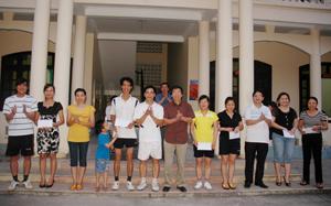 Đồng chí Đinh Văn Ổn, TUV, Bí thư Chi bộ, Tổng biên tập Báo Hòa Bình trao giải cho các VĐV đoạt giải Nhất, Nhì, Ba và Khuyến khích nội dung đôi nam nữ.