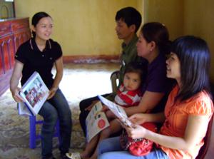 Cán bộ chuyên trách dân số xã Thống Nhất tuyên truyền về các biện pháp tránh thai hiện đại.