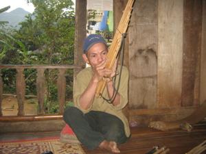 Ông Khà Văn Ư  biểu diễn khèn bè của người Thái
