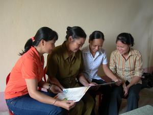 Phụ nữ thị trấn Hàng Trạm ( Yên Thủy) cùng nhau trao đổi kiến thức qua sách, báo.