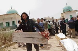 Người dân chuẩn bị chôn cất các thành viên trong một gia đình chết vì đạn pháo tại thành phố Misrata ở phía tây Liyba hôm 25/4.