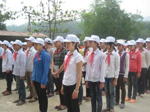Đông đảo các em học sinh huyện Kim Bôi tham gia mít tinh, diễu hành tại buổi mít tinh hưởng ứng ngày Thế giới phòng - chống sốt rét..