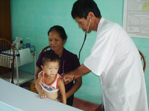 Trạm y tế xã Nhân Nghĩa ( lạc Sơn) chú trọng công tác khám chữa bệnh ban đầu cho nhân dân.