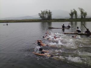 Các VĐV đua tài ở nội dung bơi vượt sông truyền thống
