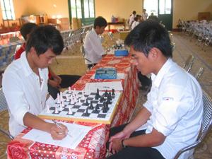Các kỳ thủ khối THCS thi đấu tranh giải nhất