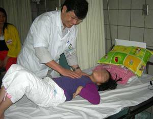 Bác sĩ khám lại cho một trường hợp bị viêm màng não do virus