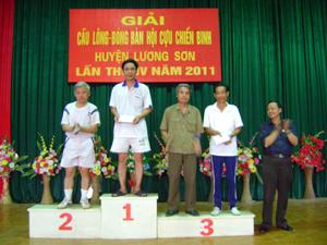 Ban tổ chức trao giải cho các đội đạt giải.