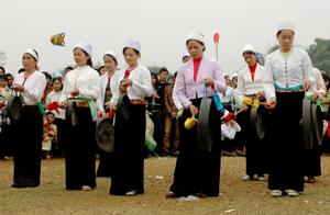 Hát sắc bùa được người dân các xã của Tân Lạc tổ chức thi trong Lễ hội khai hạ.