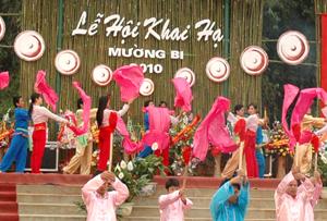Những sáng tác văn vần dân gian được chuyển thể thành nhiều tiết mục văn nghệ dân gian đưa vào trong các lễ hội truyền thống.