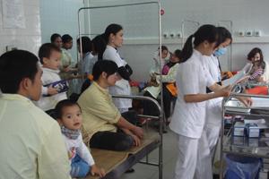 Buồng hô hấp 2 thuộc khoa Nhi (bệnh viện đa khoa tỉnh) trong tình trạng quá tải bệnh nhi.