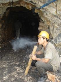 Công nhân Công ty Cổ phần khoáng sản Kim Bôi (xã Cuối Hạ) thản nhiên hút thuốc, dùng lửa tại hầm lò khai thác than, nơi có nguy cơ cháy, nổ cao.