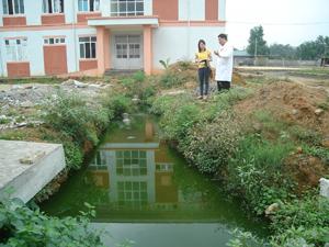 Hệ thống xử lý nước thải Bệnh viện Đa khoa huyện Tân Lạc chưa được hoàn thiện nên  gây ô nhiễm nguồn nước xung quanh.