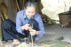 Nghề chẻ tăm mành dùng nguyên liệu từ cây luồng đã đem lại việc làm và thu nhập đáng kể cho người dân xã Hiền Lương (Đà Bắc).