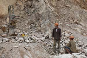 Trong quá trình tổ chức khai thác, Công ty TNHH BMC Hòa Bình còn để xảy ra hiện tượng khai thác chập tầng trên cùng một máng đá gây nguy hiểm cho người lao động
