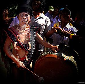 Già làng đánh trống trong lễ hội cồng chiêng (ảnh trái)