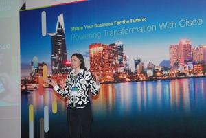Bà Manuela Mecardelli - GĐ giải pháp và đối tác về mạng không biên giới  Cisco KV châu Á-TBD và Nhật Bản thuyết trình tại hội thảo.