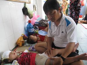 Trẻ bị bệnh tay, chân, miệng phải nằm ngoài hành lang Bệnh viện Nhi Đồng 1, TP Hồ Chí Minh.    Ảnh: Đặng Loan