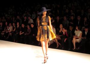Người mẫu Phương Mai trong trang phục của nhà thiết kế Devon Nguyễn.