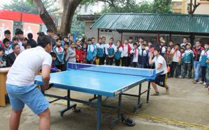 Điều kiện tập luyện của các VĐV nhỏ tuổi Mai Châu không đảm bảo nhưng mỗi khi giải được tổ chức đều thu hút sự tham gia của các VĐV và người hâm mộ. Ảnh: Một buổi thi đấu giao hữu của học sinh thị trấn Mai Châu.