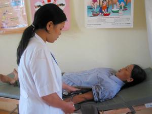 Ngay tại phòng khám, bệnh nhân được y tá, bác sĩ của Bệnh viện khám phân khoa và hướng dẫn thủ tục nhập viện tận tình, chu đáo.