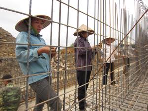 Một số người lao động làm việc tại dự án xây dựng Nhà máy xi măng Trung Sơn thuộc Tập đoàn xây dựng và du lịch Bình Minh chưa thực hiện nghiêm túc công tác ATVSLĐ trong quá trình làm việc.