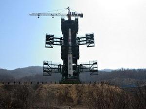 Tên lửa sắp sửa được phóng của CHDCND Triều Tiên.