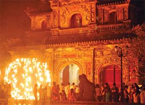Hàng trăm người đổ về cửa Hiển Nhơn chiêm ngưỡng các tác phẩm sắp đặt lửa đêm 11.4