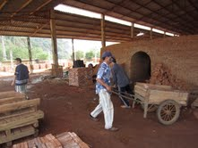 Mặc dù làm việc trong môi trường nặng nhọc, độc hại nhưng người lao động tại Công ty Cổ phần sản xuất VLXD và dịch vụ thương mại Long Thành (Lạc Thủy) không được trang bị bảo hộ lao động